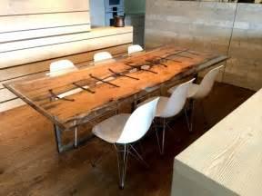 verniciare tavolo legno tavoli in legno grezzo un dettaglio rustico di grande effetto