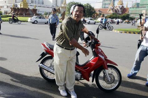 Helm Sepeda Pasifik naik motor tanpa helm pm kamboja ditilang polisi