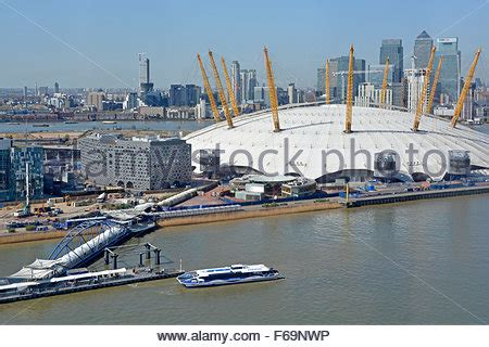 thames clipper canary wharf to o2 aerial view of canary wharf in east london uk stock photo