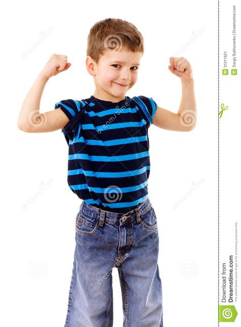 imagenes niños fuertes ni 241 o fuerte que muestra los m 250 sculos imagen de archivo
