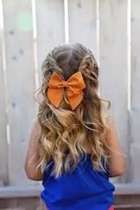Причёска на последний звонок с бантами на длинные волосы