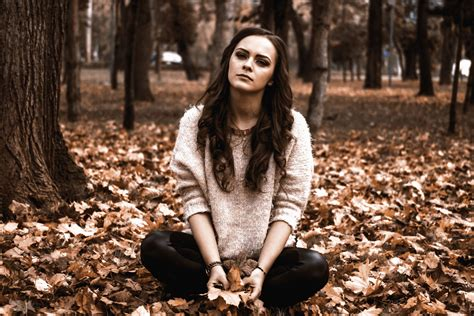 image libre femme bois jeune jeunesse feuilles mode