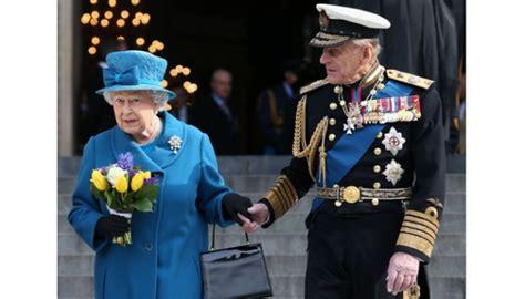 Tas Kepit Tangan Tentara Inggris isi dan pesan dari tas tangan ratu elizabeth ii cantik