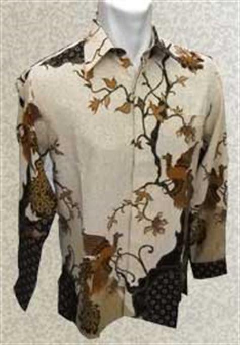 Kemeja Batik Motif Bulu Merak baju batik panjang motif merak berhadapan background terang