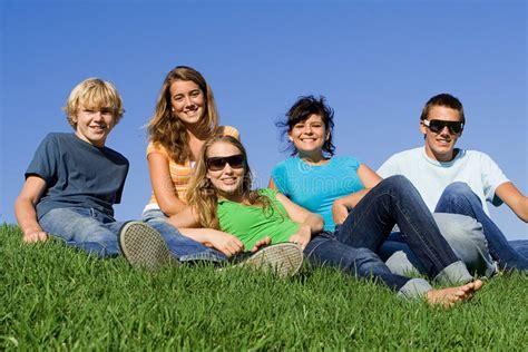 imagenes de amistad juventud grupo de juventud sonriente feliz imagen de archivo
