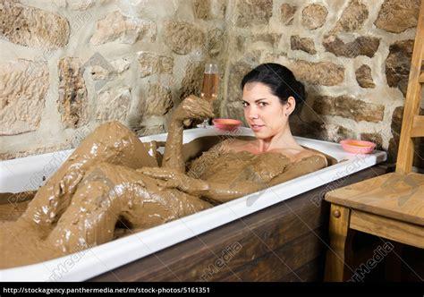 Frau In Badewanne by Frau In Badewanne Mit Lehm Lizenzfreies Bild 5161351