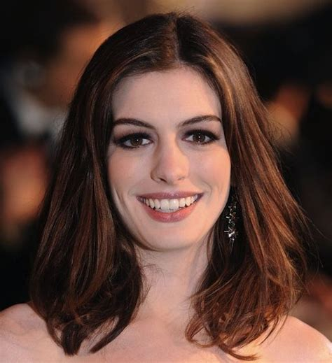 medium length hair that part in the middle anne hathaway medium length hairstyle formal awards
