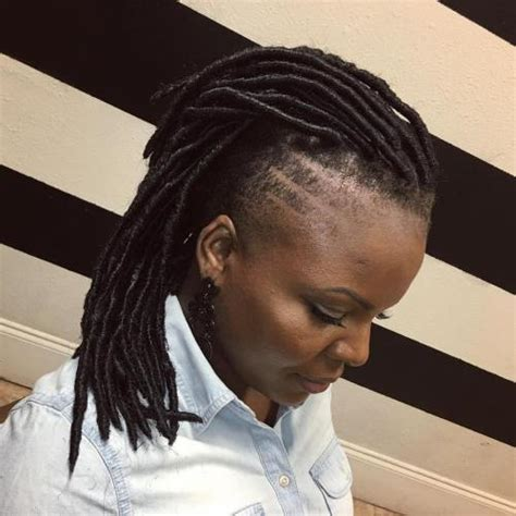 back of head shaved sides dreads 20 nette und kreative ideen f 252 r kurze faux locs frisuren