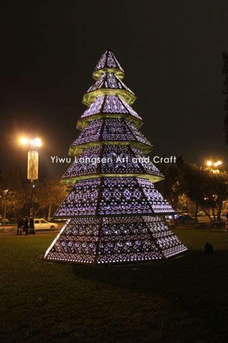 las decoraciones gigantes del 225 rbol de la estructura de