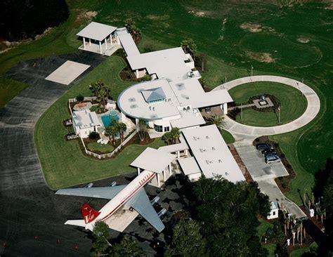 john travoltas house casas by marcelo on pinterest kuala lumpur john travolta and green roofs