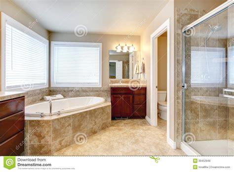 bagno moderno con vasca bagno moderno con la vasca e la doccia rotonde fotografia