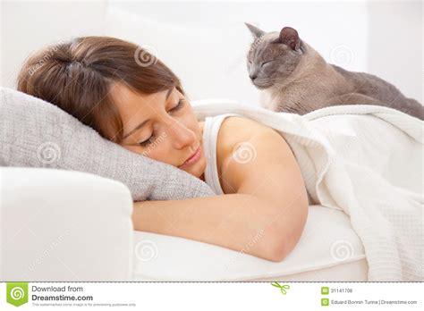 donne nel letto ritratto di una giovane donna dorme sul letto