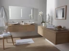Beau Stratifie Mural Salle De Bain #1: parquet-stratifi%C3%A9-salle-bains-clair-mobilier-bois-clair-vasques-blancs-modernes-orchid%C3%A9es-blanches.jpg