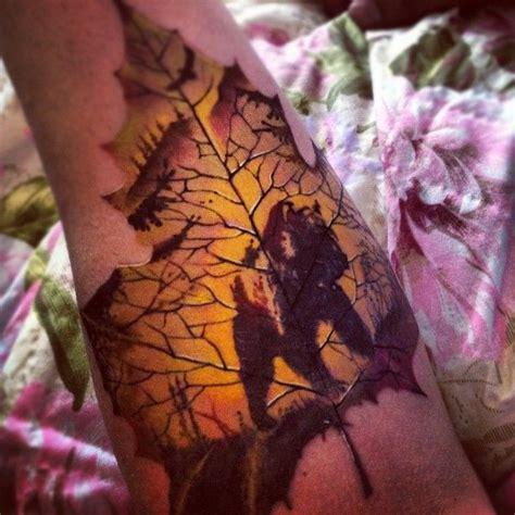 tolle silhouette des b 228 ren auf einem ahornblatt tattoo