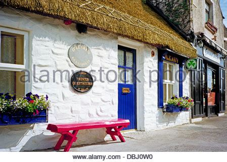 bed and breakfast in dublin ireland window in a whitewashed thatched cottage onacht inishmore aran stock photo