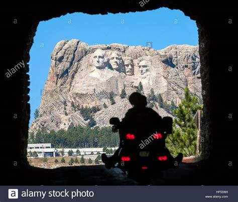 Motorrad Fahren Englisch by Mount Rushmore Ein Motorrad Fahren Durch Einen Tunnel Auf