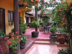 Mexican Style Patio Love The Idea Of A Courtyard Mexican Home Exteriors