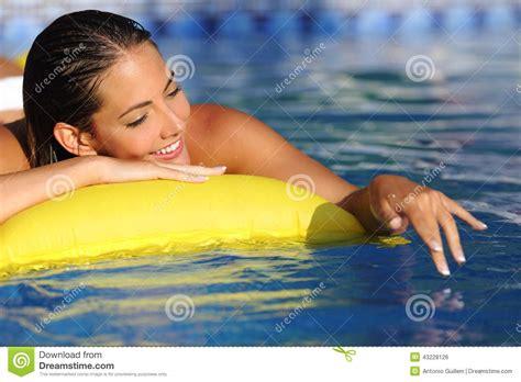 donna si bagna donna bagna e gioca con acqua su una piscina nelle