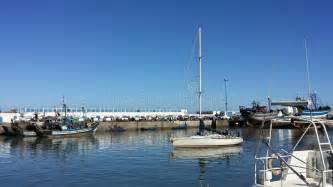 un porto marocco barca a vela al porto di essaouria marocco fotografia