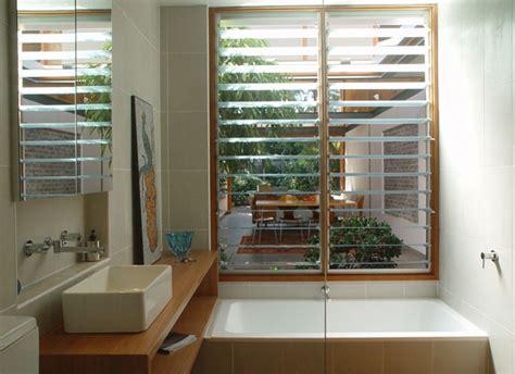 jalousie im glas 庭へ視線が抜ける細長いリビング 住宅デザイン