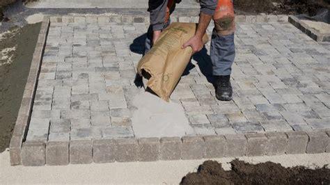 pflastersteine verfugen sand gartenplatz pflastern anleitung tipps diybook ch