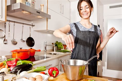 donna in cucina la donna ideale deve saper cucinare
