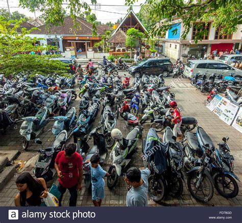 Motorrad In Bali by Motorrad Parken Motorr 228 Der Stra 223 Enszene Roller Auf