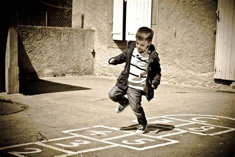 imagenes de niños jugando rayuela la rayuela conocida en m 233 xico como el avioncito