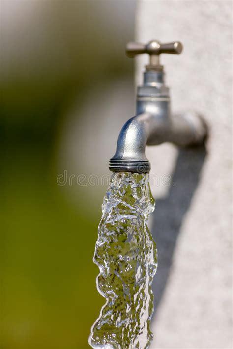 acqua dal rubinetto acqua scorre dal rubinetto immagine stock immagine