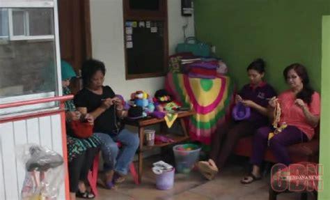 ibu rumah tangga membuat kartu kredit kerajinan rajut irt di solo dikirim hingga papua cendana