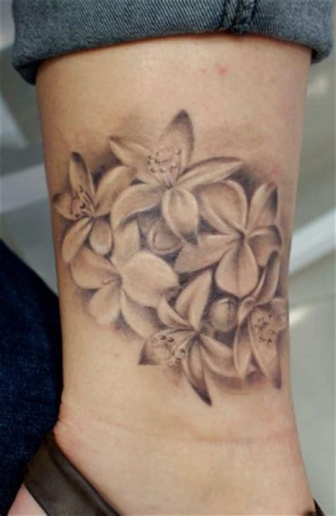imagenes tatuajes blanco y negro tatuaje de flores en blanco y negro tatuajes de flores