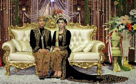 foto gibran selvi putra jokowi ganteng berkacamata saat resepsi pernikahan gibran selvi okezone foto