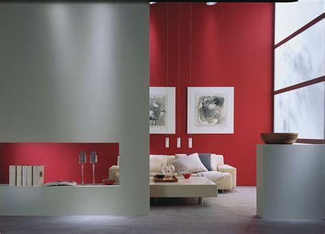 rood tegen blauw interieur warm koud contrast de koude grijze kleur van de wanden