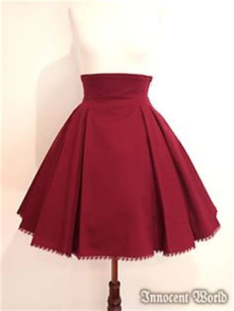 falda circular con tablones su 233 ter color vino con falda y medias negra looks cool