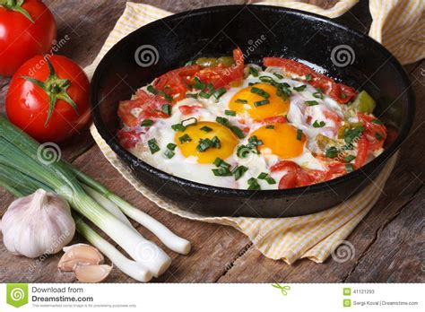 cuisiner chignons de frais a la poele oeufs au plat avec des l 233 gumes sur une po 234 le image stock