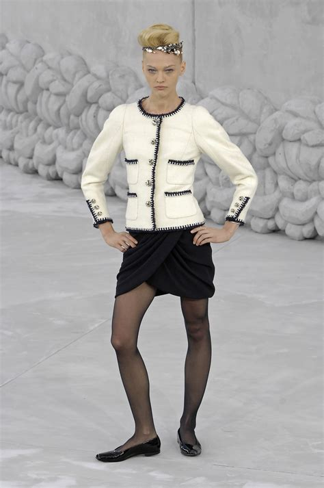 Catwalk To Photo Shoot Renee Zellweger In Chanel Couture by Chanel 2008 Runway Pictures Livingly