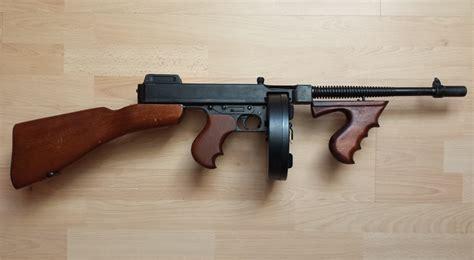 Tommy-Gun Italian Gangster Tommy Gun.