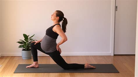 pain in hip flexor and glutes stretch pregnancy announcement