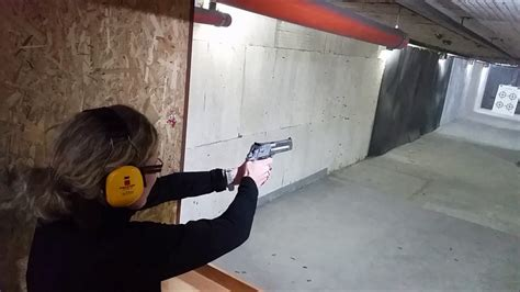 Desert-Eagle Woman Shooting 50 Desert Eagle.