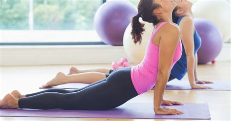 yoga pose to relieve hip flexor pain with yoga clothes