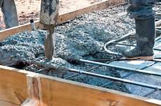 Beton Gießen Mischung - beton mischen 187 f 252 r fundamente im au 223 enbereich
