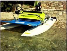 surfgleiter ultraleichtboot mit surfboards und aussenborder
