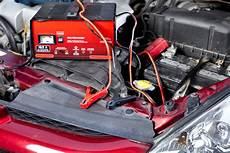 Autobatterie Laden In Der Heimischen Garage