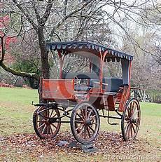 carrozza inglese carrozza a cavalli antica parcheggiata sul prato inglese