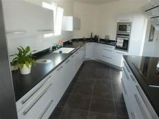 plan de travail gris clair cuisine grise et granit noir