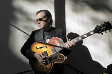 guitarist joe bonamassa legendary blues guitarist joe bonamassa stops at plaza chicago tribune