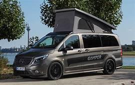 Ein Camper Van Der Blicke Auf Sich Zieht