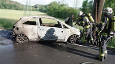 auto bebra auto f 228 hrt bei iba gegen baum opel corsa brennt v 246 llig