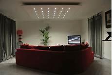 soffitto con faretti un salotto moderno e chic illuminato da faretti led