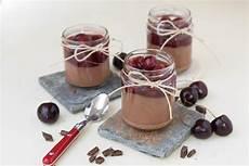 dessert im glas schokolade schokolade dessert im glas mit vanillekirschen mintnmelon